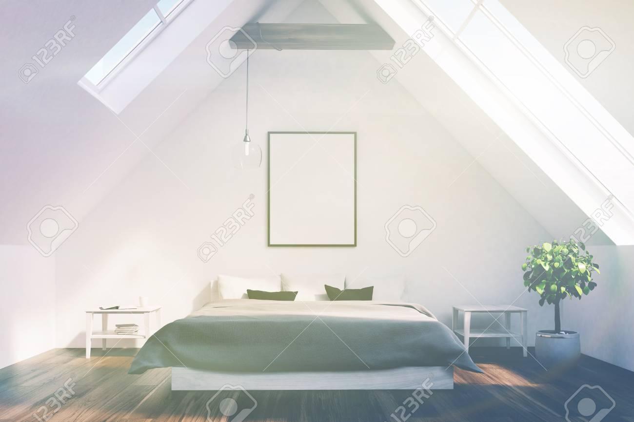 Interior De La Habitación ático Con Una Cama Doble, Una Cubierta ...