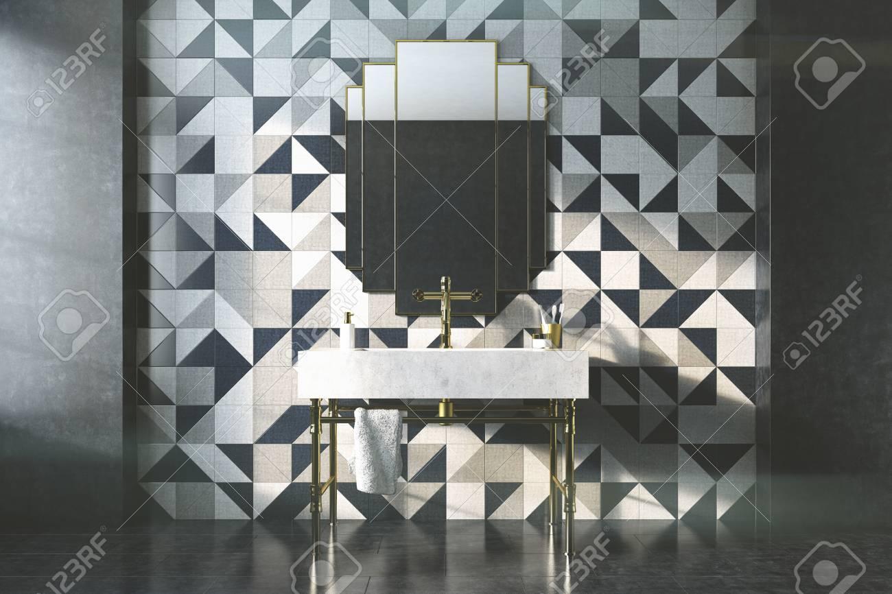 Intérieur de salle de bain vintage avec un évier blanc, pattes dorées et un  mur de mosaïque avec un miroir d\'origine. Concept de luxe et de richesse.  ...