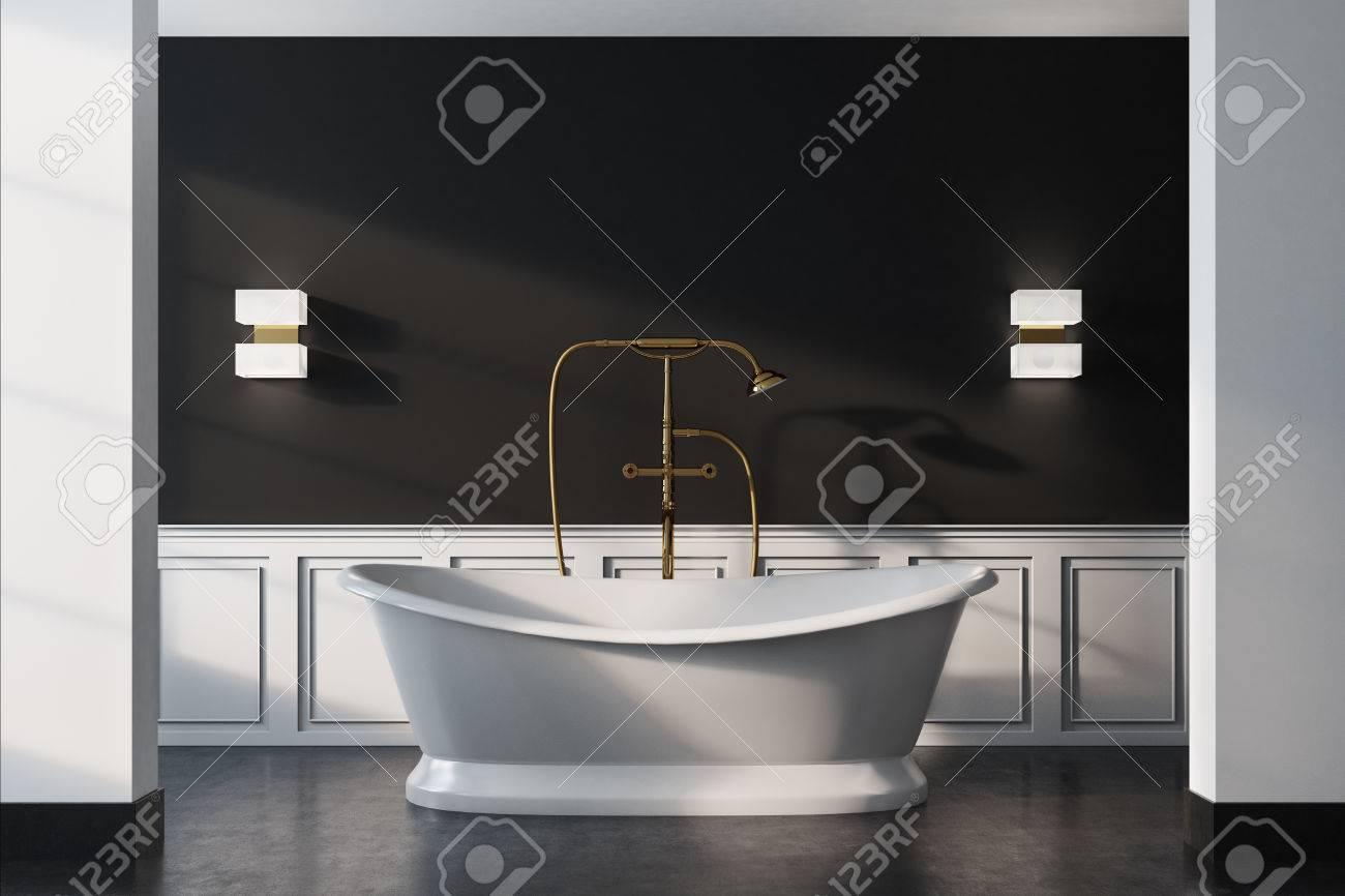 Vintage Badezimmer Interieur Mit Einer Weißen Badewanne, Eine ...