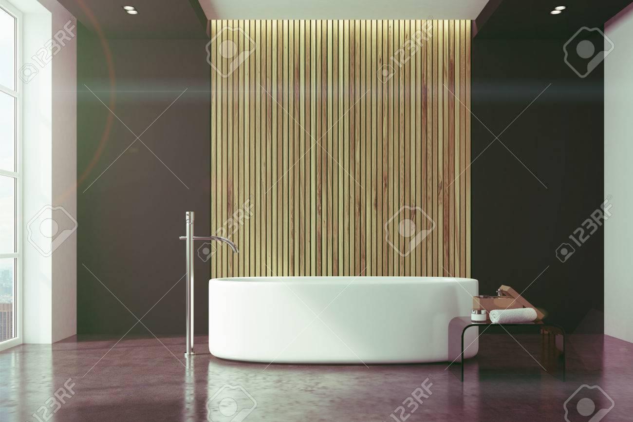 Intérieur de salle de bain noir et bois avec un sol en marbre, une  baignoire ronde blanche avec une fenêtre de grenier. Rendu 3D mock up image  tonique