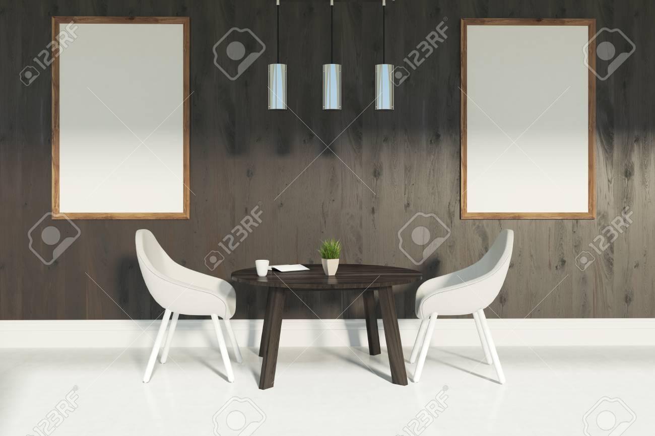Interior Del Comedor Con Dos Sillas Blancas De Pie Cerca De Una Mesa ...