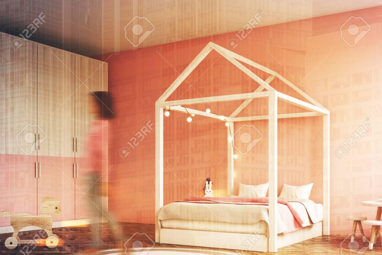 Intérieur de chambre à coucher fille avec un mur blanc, un mur rose, une  maison comme un lit et une armoire, des jouets. Coin, femme 3d rendu  maquette ...