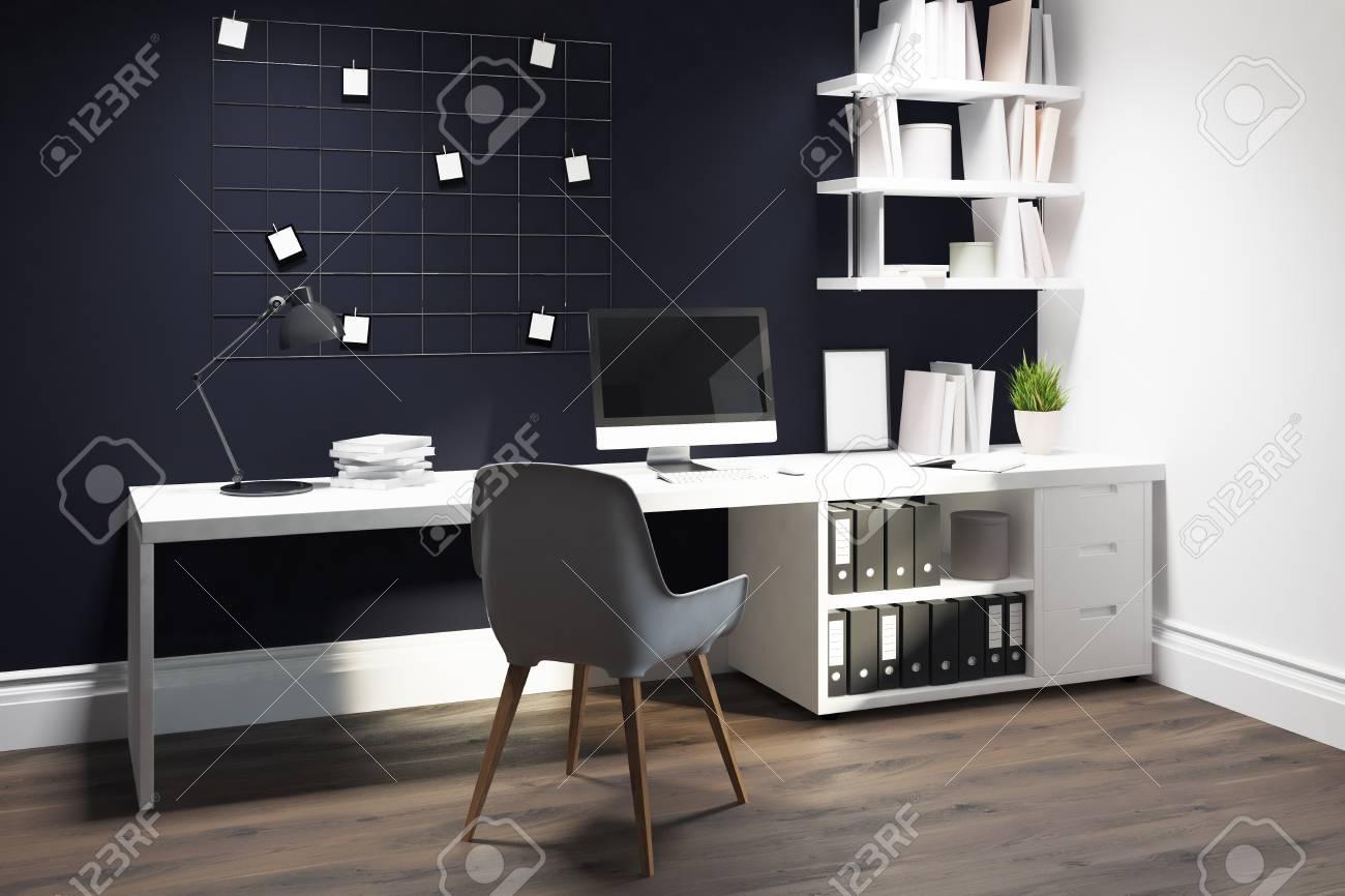 Bureau mural à paroi noire avec un plancher en bois un bureau et