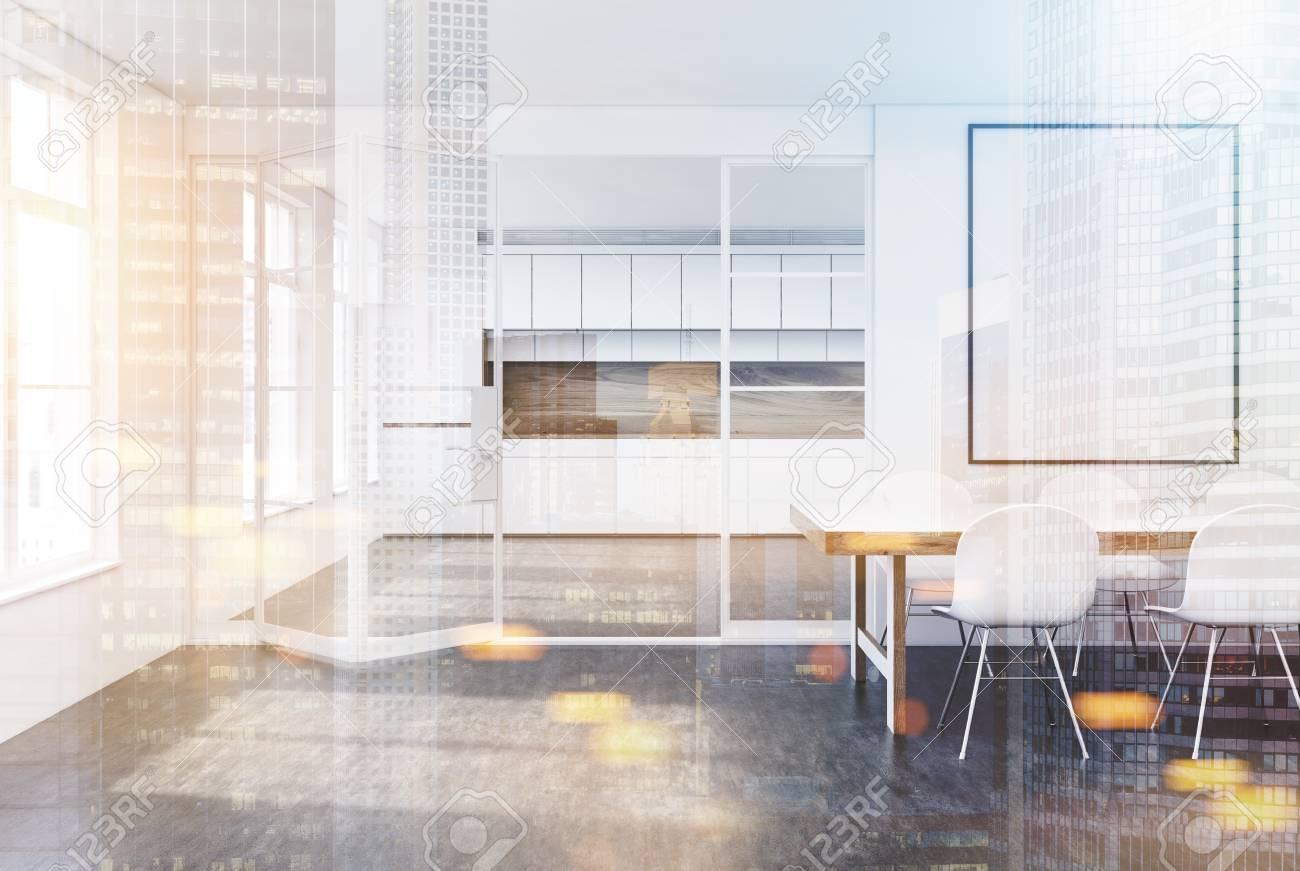 Weiße Küche Und Ein Esszimmer Interieur Mit Einem Langen Tisch Mit ...