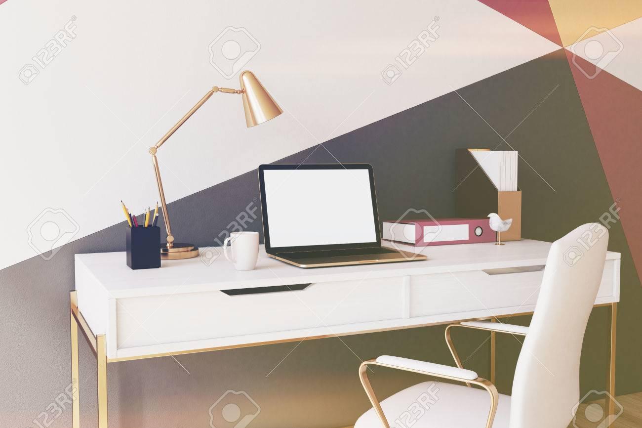 Bureau à la maison de modèle de mur géométrique noir rouge jaune