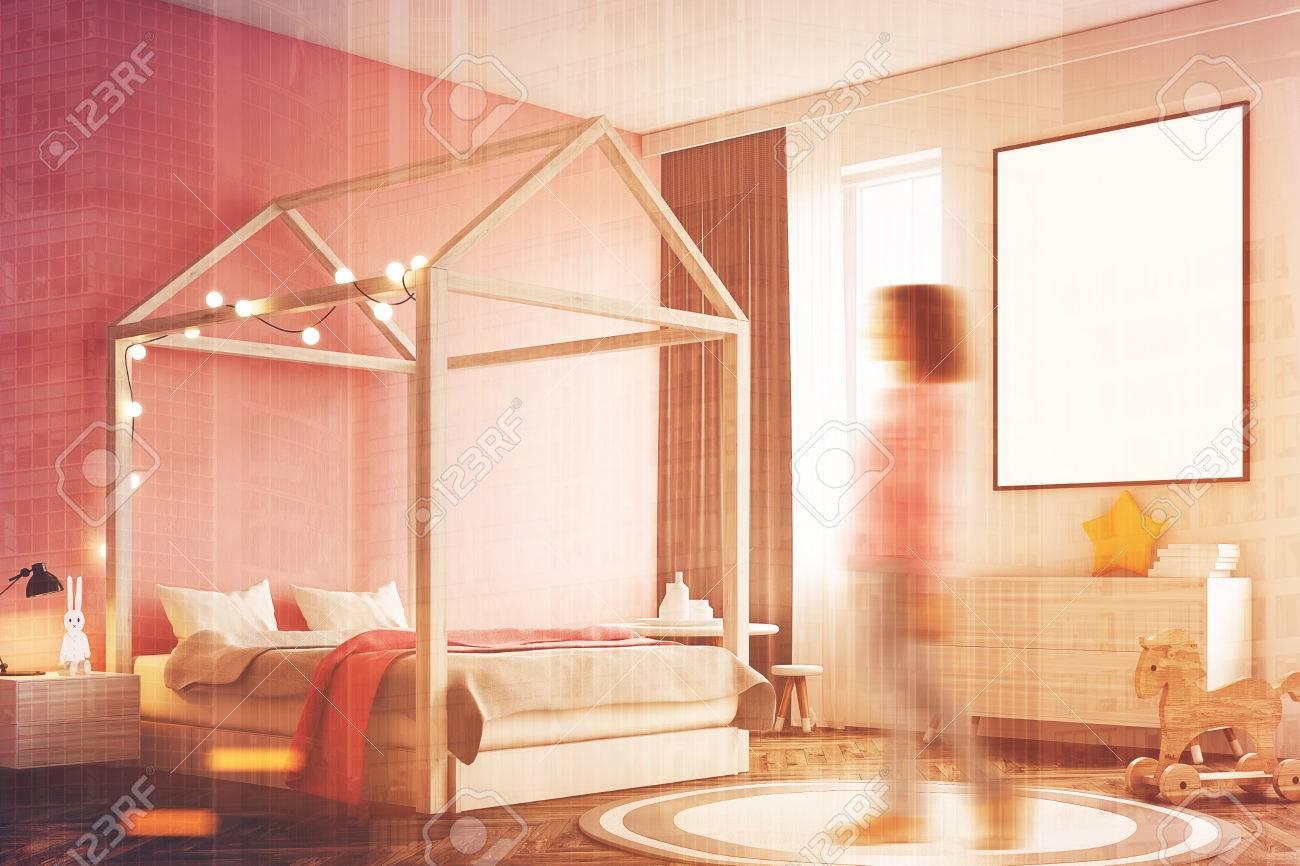 Interior De Dormitorio De Niña Con Una Pared Blanca, Una Pared Rosa ...