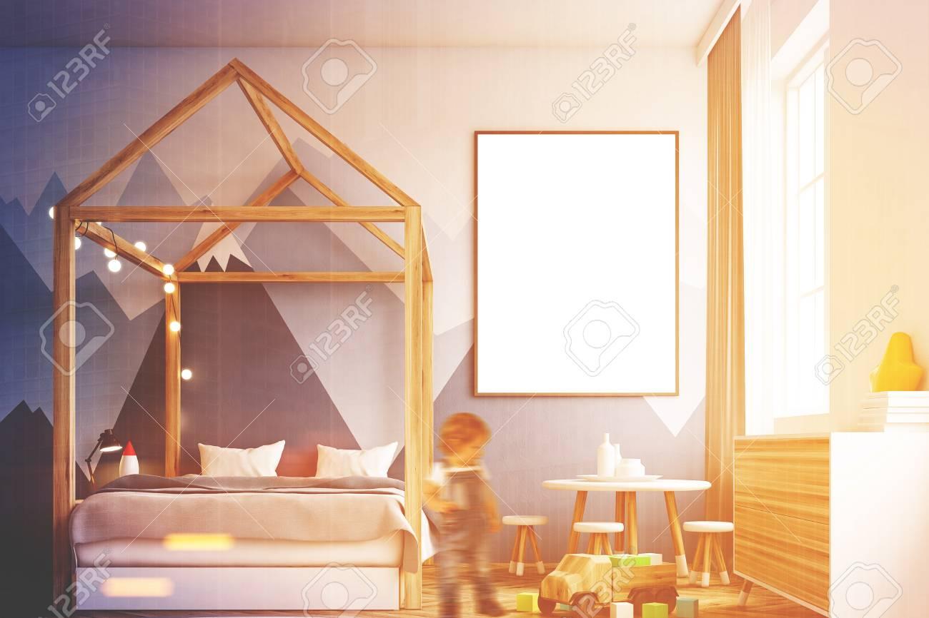 Intérieur De Chambre à Coucher Avec Un Mur Blanc, Un Papier Peint De  Montagne, Une Maison Comme Un Lit, Un Meuble, Une Affiche Encadrée Et Des  Jouets.