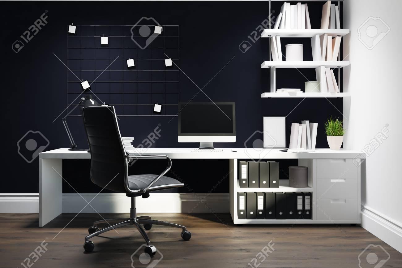 Bureau à la maison de mur noir avec un plancher en bois un bureau