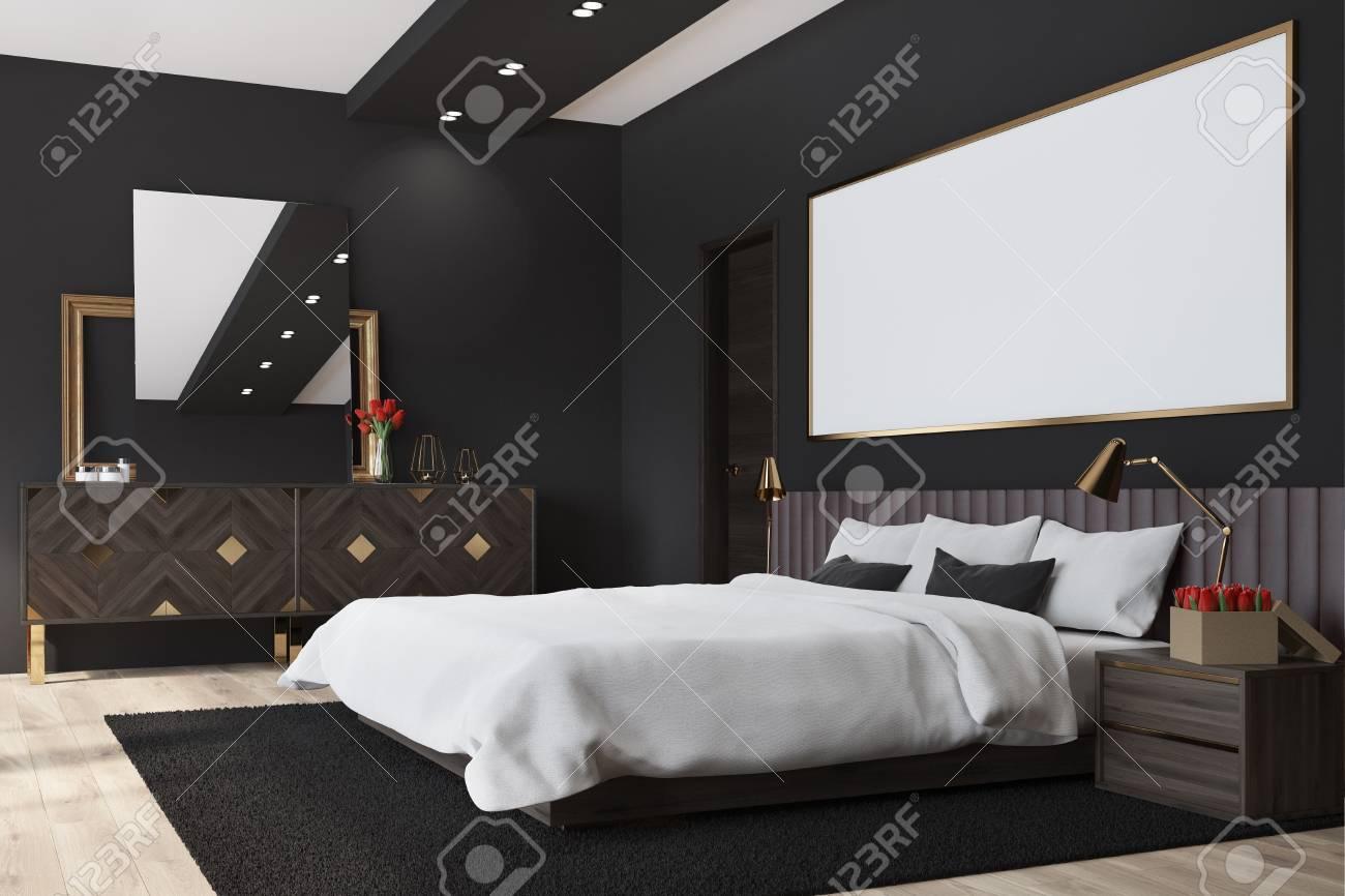 Interno nero della camera da letto con un pavimento di legno scuro