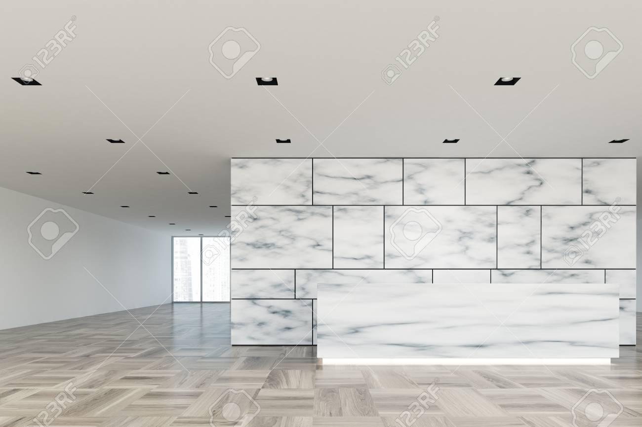 Hall de bureau en marbre et blanc avec une pièce ouverte en verre