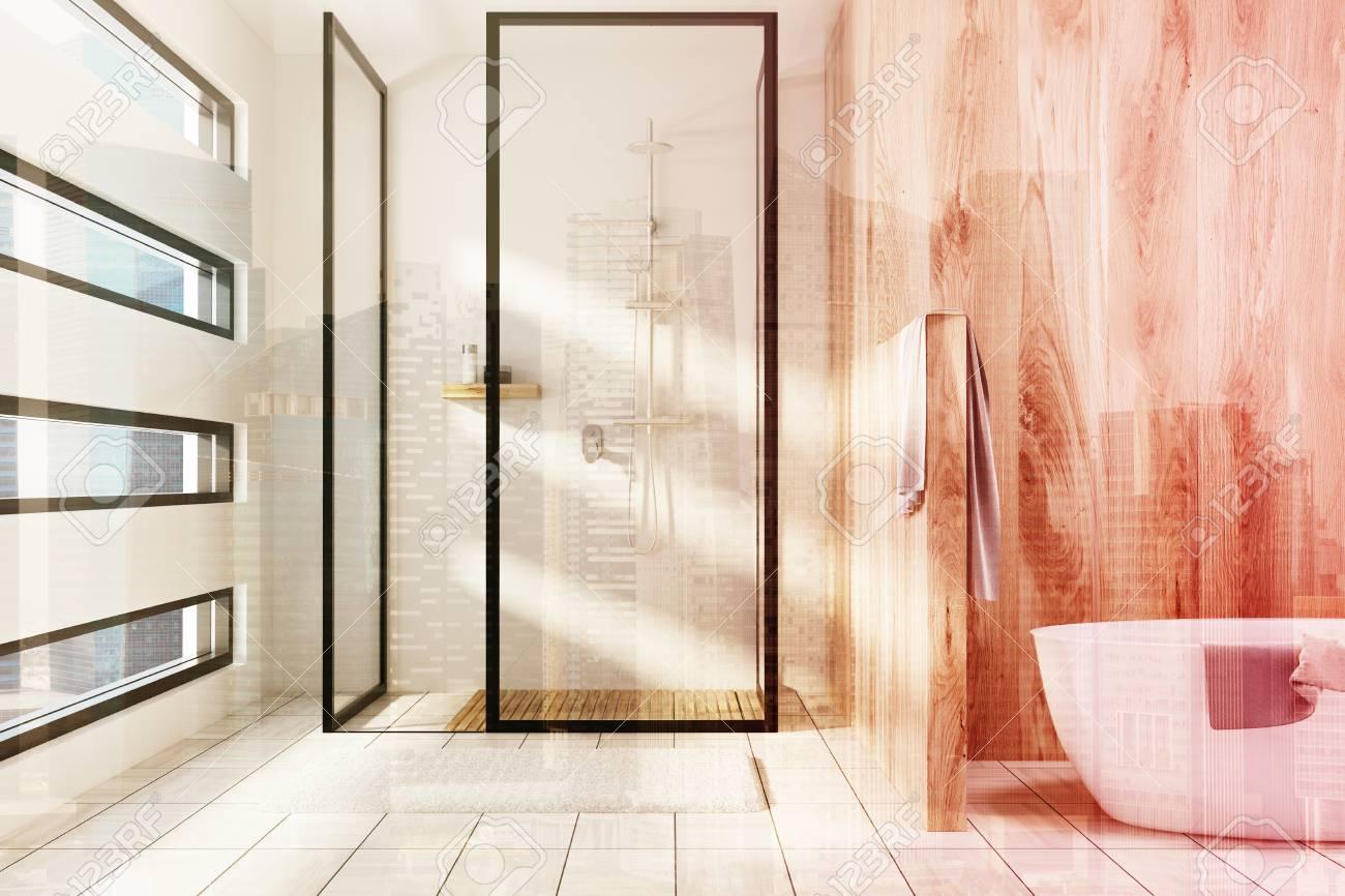 Un intérieur de salle de bains en bois blanc et en bois avec une douche,  une baignoire blanche et une fenêtre de forme originale. Rendu 3D simulacre  ...