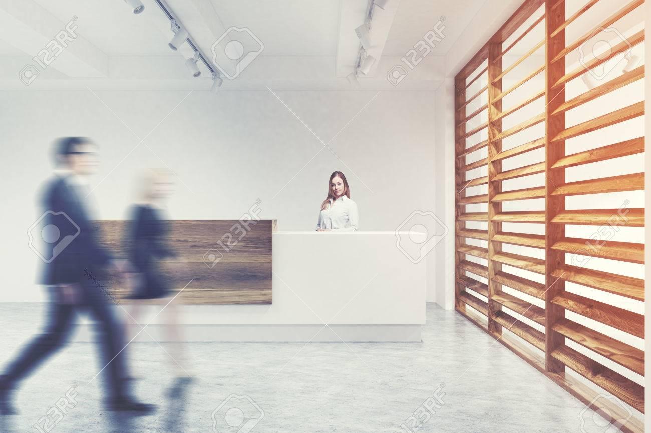 Coin d un mur blanc et d un bureau en bois avec un comptoir de