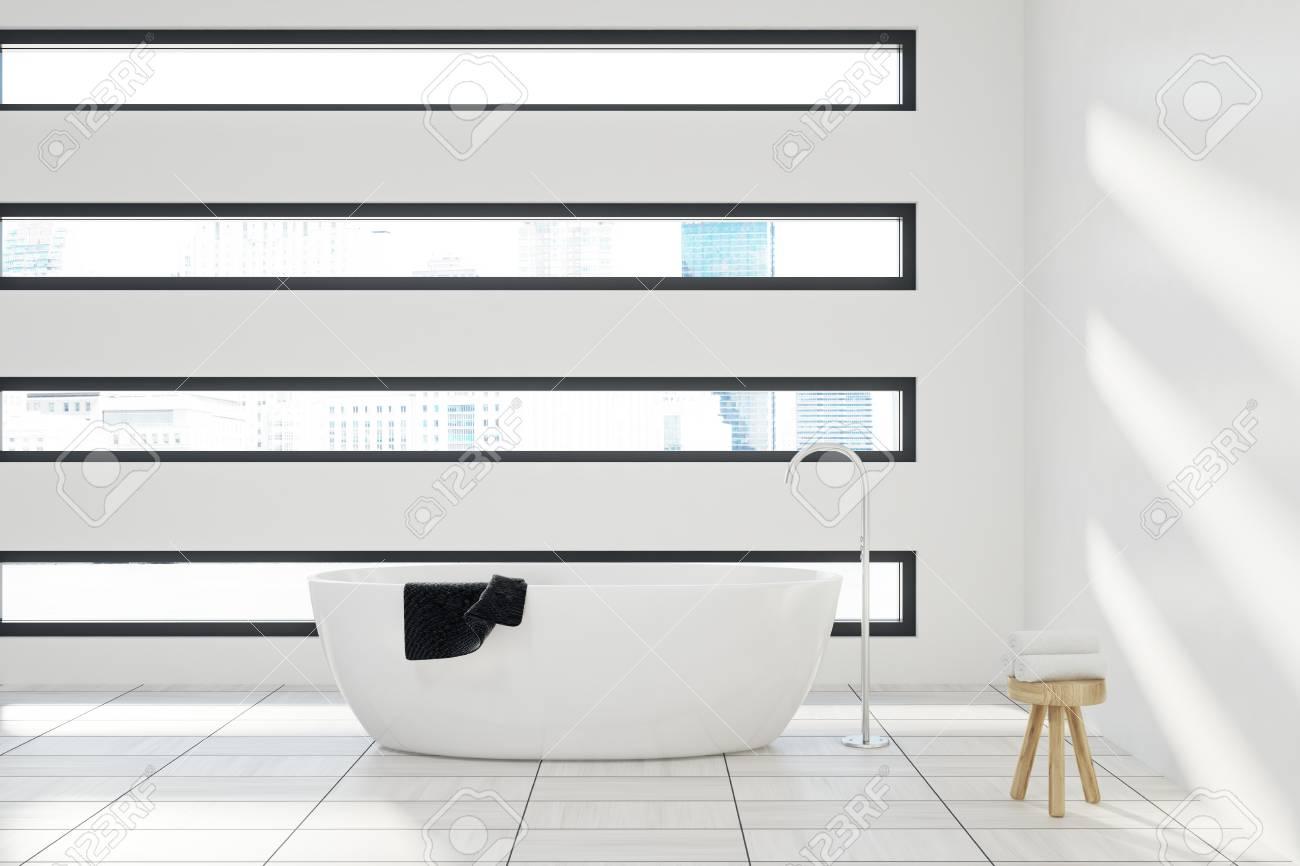 Foto de archivo - Interior de baño blanco con una bañera blanca 7bb85cadb6af