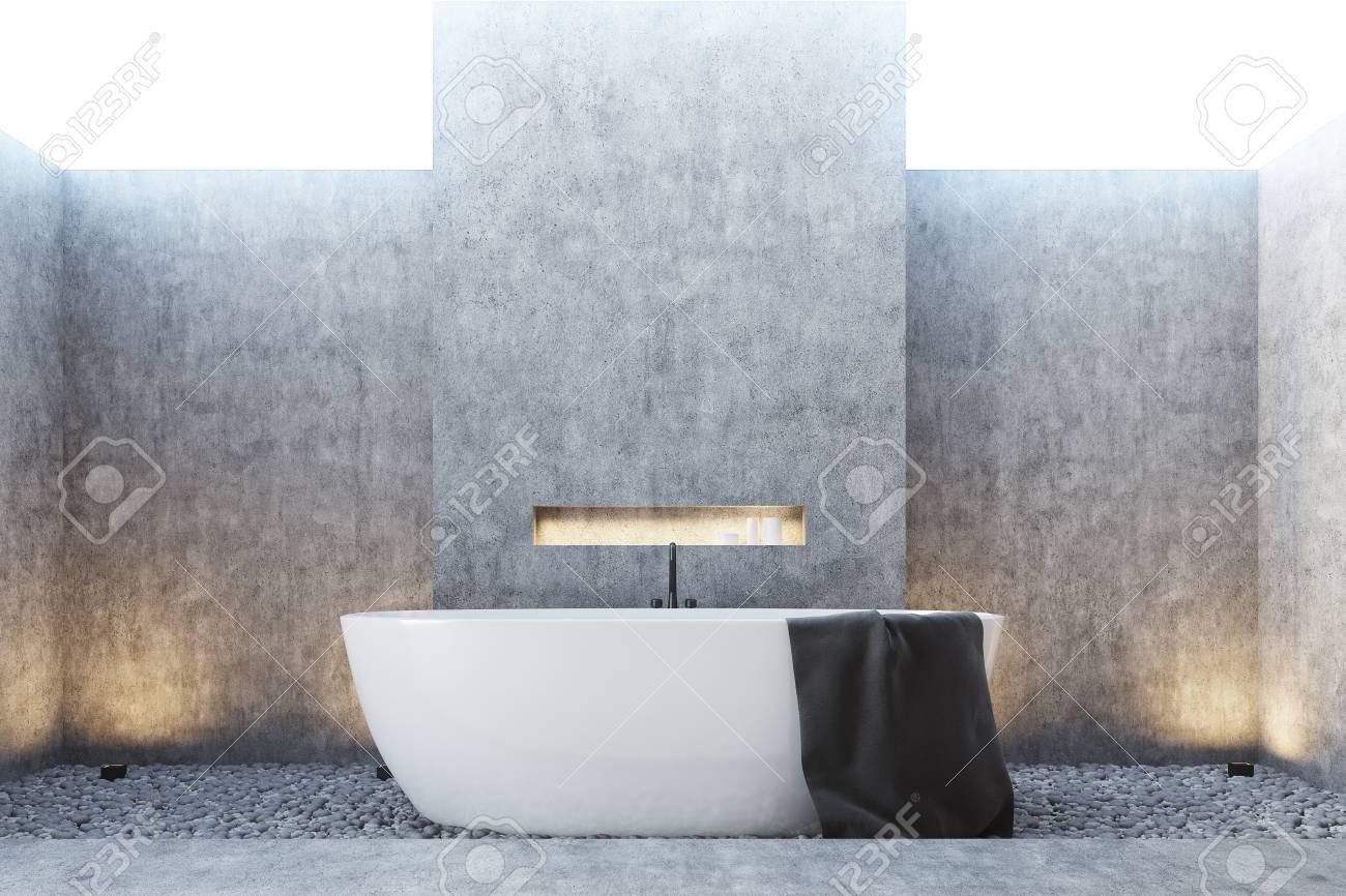 Beton Badezimmer Interieur Mit Einem Weißen Wanne, Ein Handtuch ...
