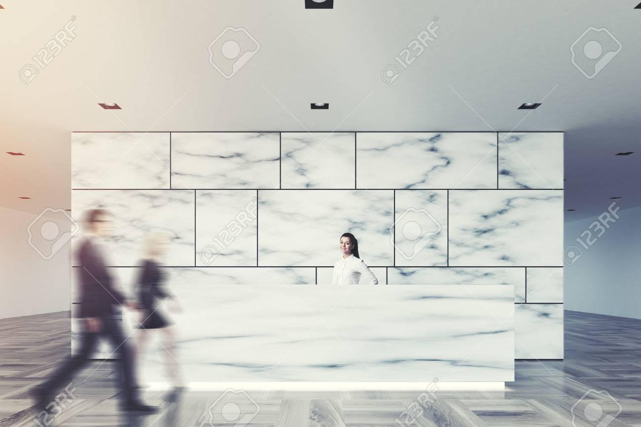 Hall de bureau en marbre et blanc avec une salle d espace ouverte