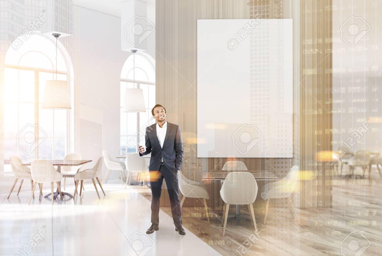 Marbre Blanc Sol Prix intérieur de restaurant de luxe en marbre blanc et en bois avec un sol en  béton, petites tables carrées avec des chaises blanches. une énorme affiche