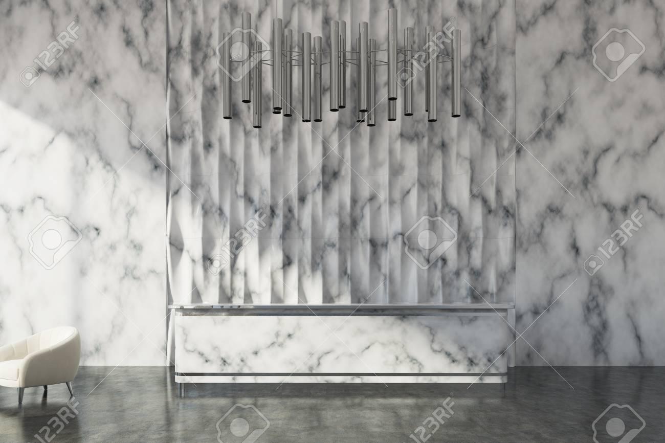 Réception en marbre debout dans un hall de bureau en marbre avec