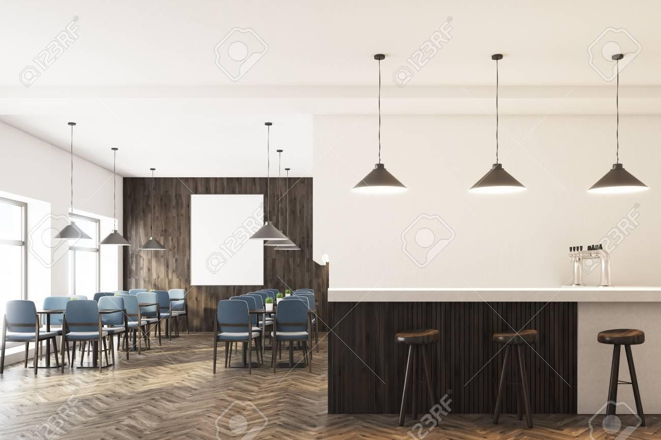 Interni del caffè con pareti bianche e di legno sedie grigie