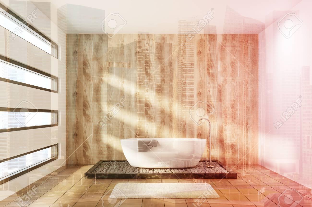 Holz Badezimmer Interieur Mit Einer Weißen Wanne, Ein Handtuch Daran ...
