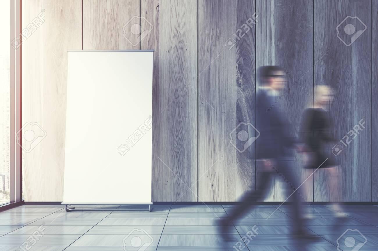 Ufficio Pavimento Grigio : Il poster verticale è in piedi su un pavimento grigio ufficio