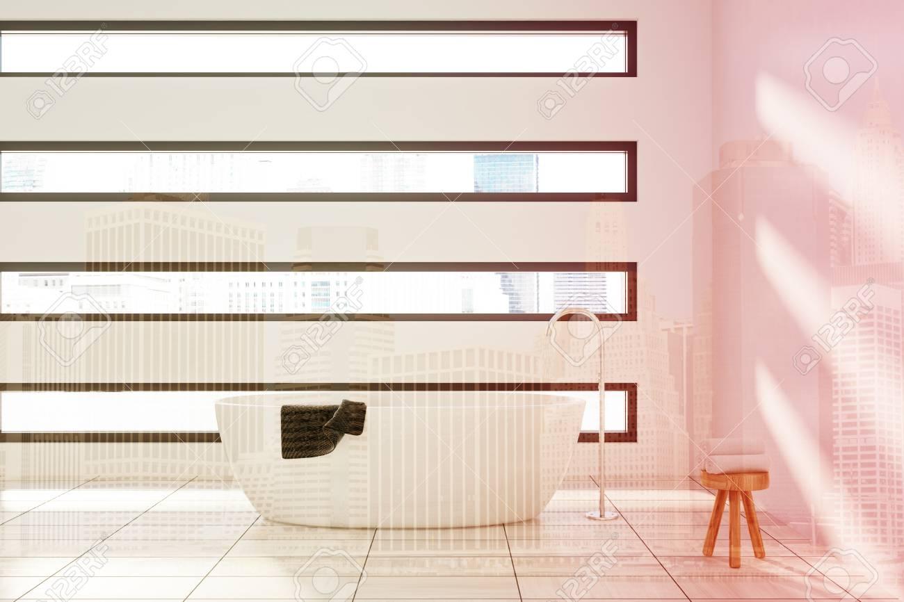 Weißes Badezimmer Interieur Mit Einem Weißen Wanne, Ein Handtuch ...