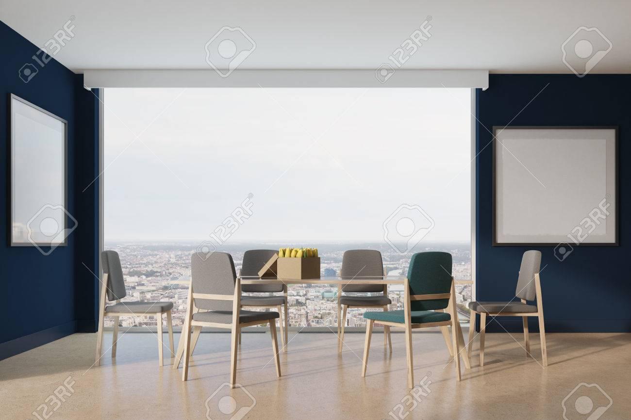 Blauer Esszimmer Interieur Mit Langen Holz-und Glastisch, Blau Und ...
