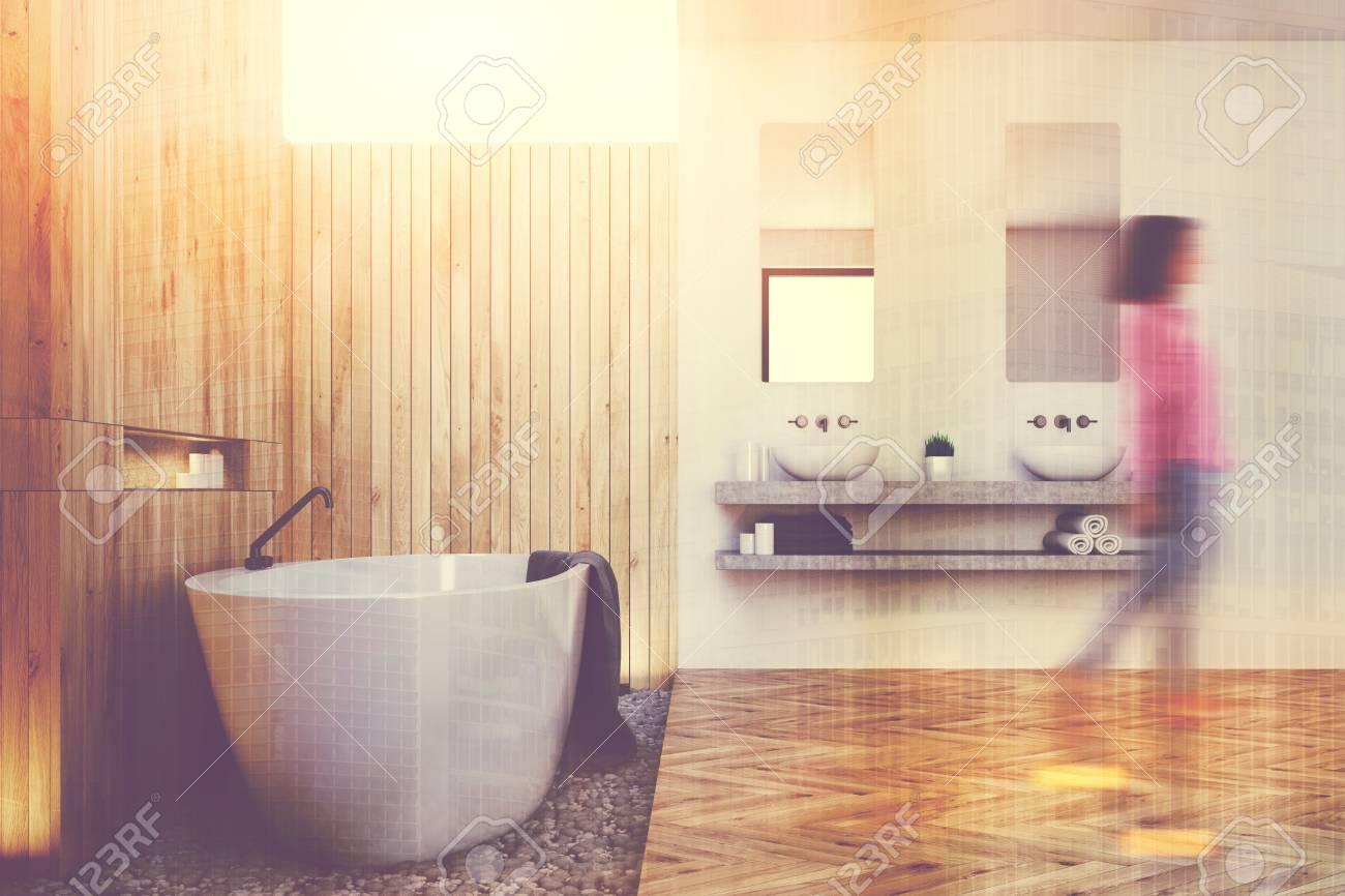 Salle De Bain Plan Bois ~ gros plan d une salle de bains en bois avec une baignoire blanche