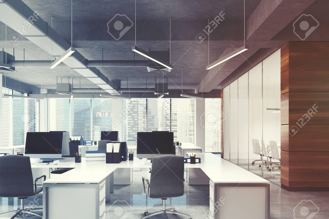 Environnement de bureau espace ouvert avec des murs en bois sombre