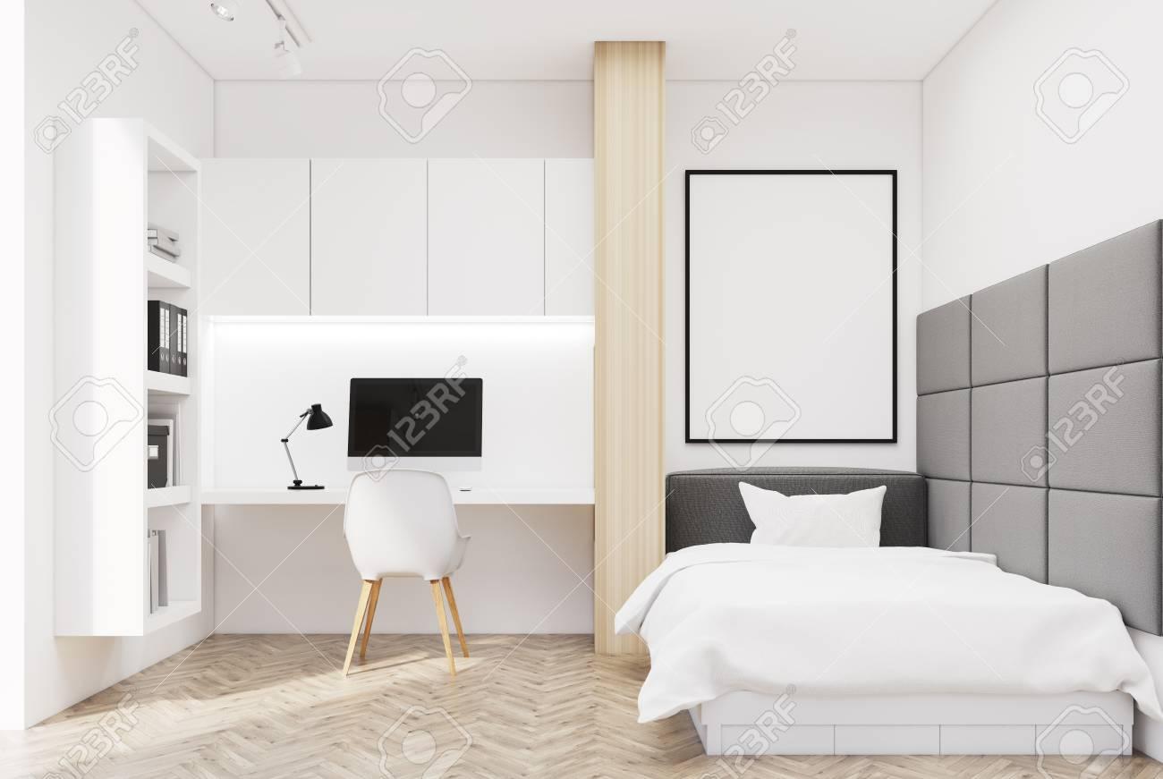 Intérieur de chambre blanche avec un plancher en bois, un lit simple et une  table d\'ordinateur avec une bibliothèque près de lui. Mur gris doux et une  ...