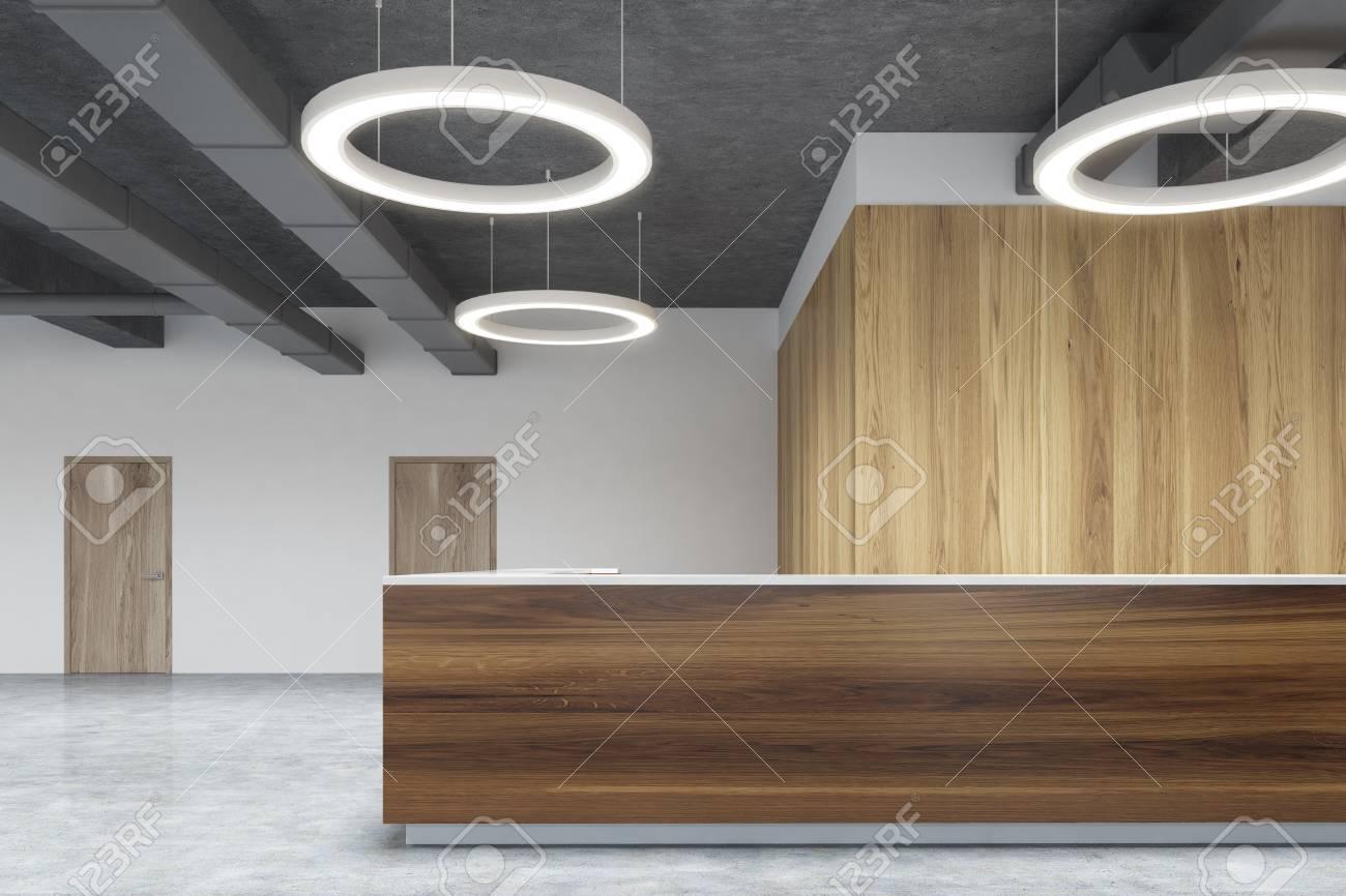 Vue de face d une réception en bois debout dans un bureau moderne