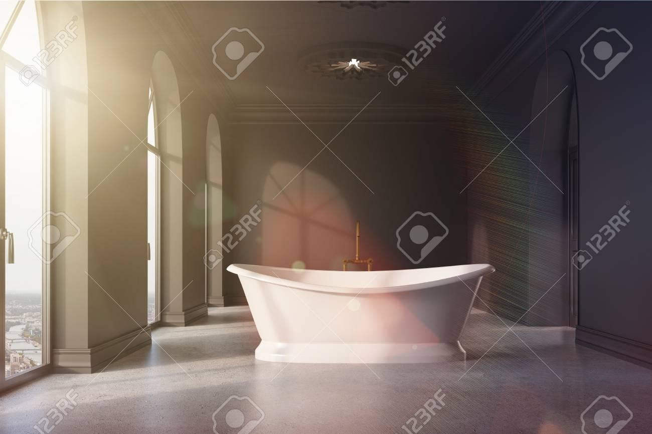 Intérieur de salle de bain gris foncé avec un sol en béton, de nombreuses  fenêtres, une baignoire originale et des lampes de plafond. Rendu 3D ...