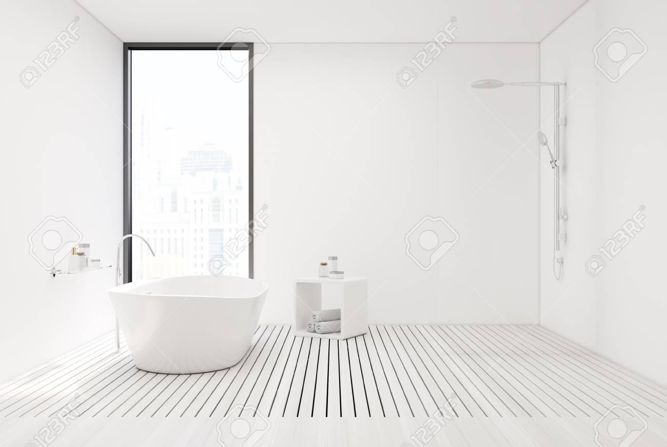 Intérieur de salle de bain blanc avec des murs blancs, un plancher de bois  blanc, une baignoire blanche et une douche. Maquette 3D