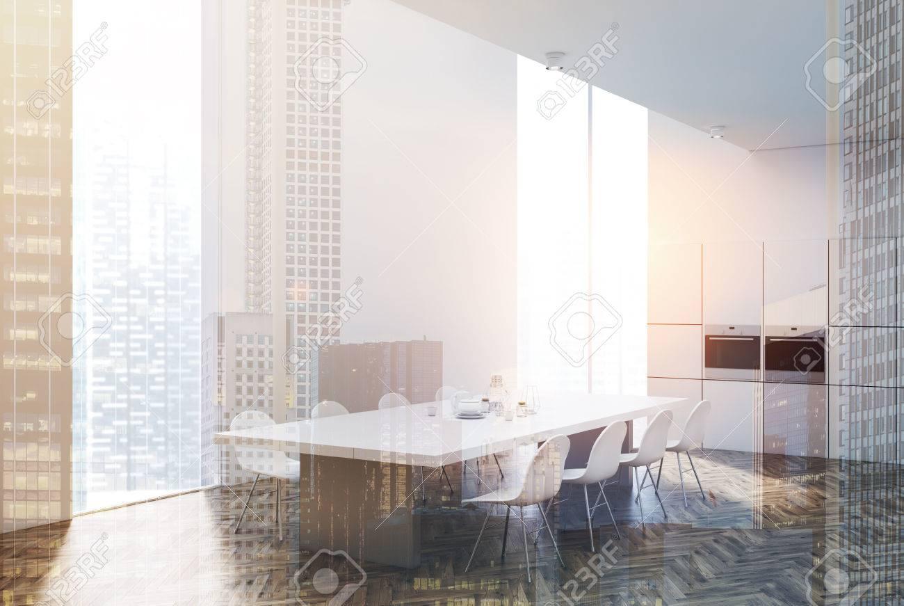 Weiße Küche Interieur Mit Einem Holzboden, Einem Holztisch Mit ...