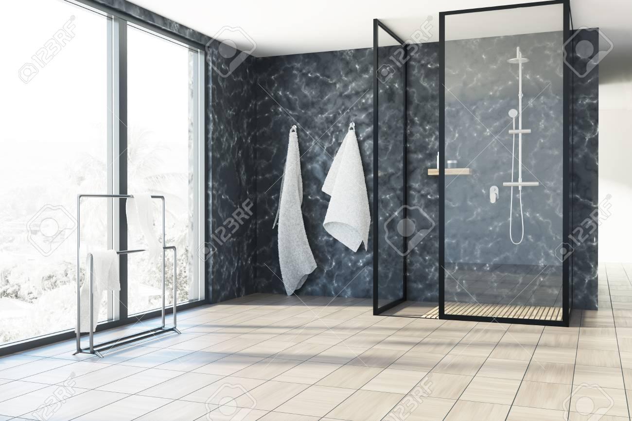 Loft Badezimmer Interieur Mit Schwarzen Marmorwänden, Einem ...