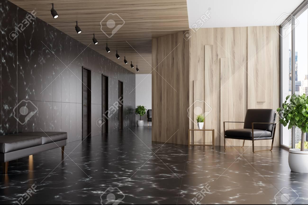 Ascenseur en marbre noir et bois dans un bureau avec une fenêtre