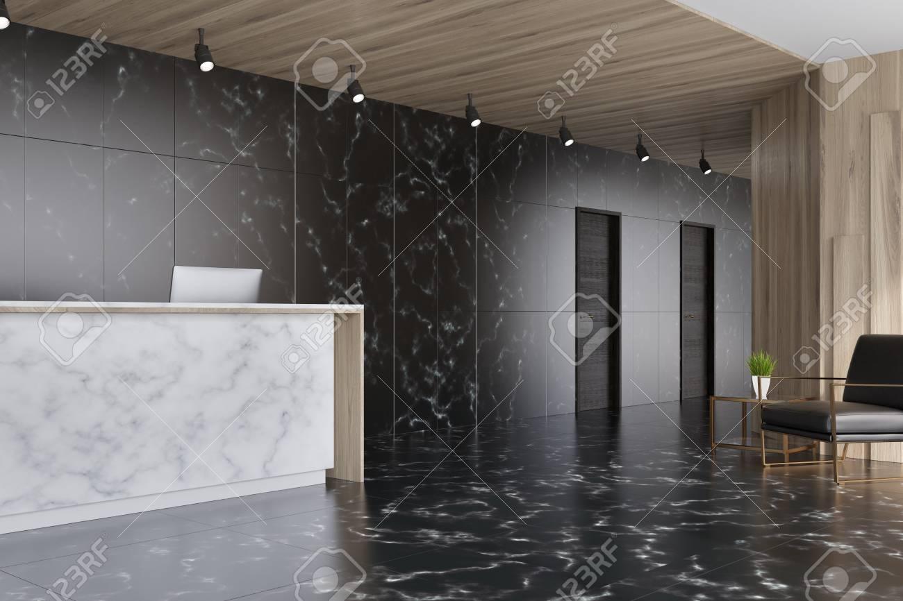 Ascenseur en marbre noir et en bois sombre dans un bureau avec