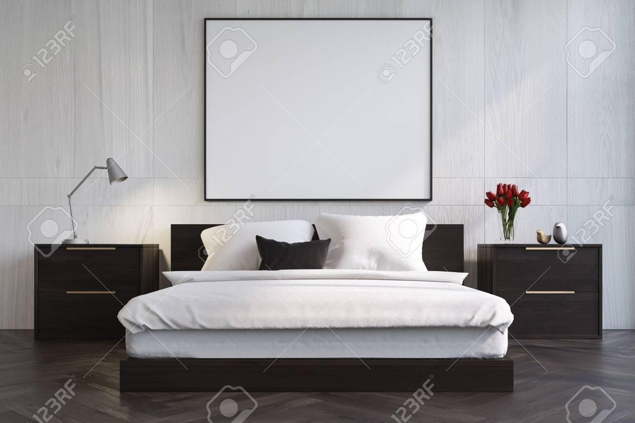 Intérieur De Chambre à Coucher En Bois Blanc Avec Un Plancher De Bois  Sombre, Un Lit De Maître Avec Des Tables De Chevet Noir Et Une Grande  Affiche ...