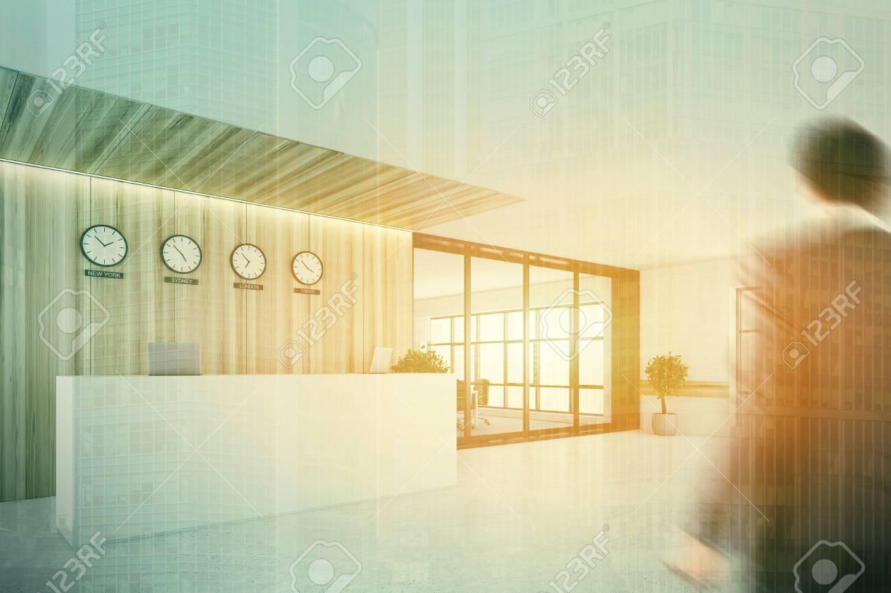 Ufficio Legno Bianco : Interiore di ufficio bianco e di legno con un pavimento di cemento