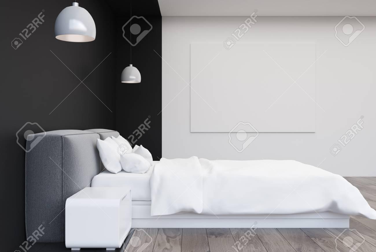Bon Intérieur Noir Et Blanc De Chambre à Coucher Avec Un Plancher En Bois, Un  Lit Double Avec Des Tables De Chevet Modernes, Une Affiche Horizontale Sur  Le Mur ...