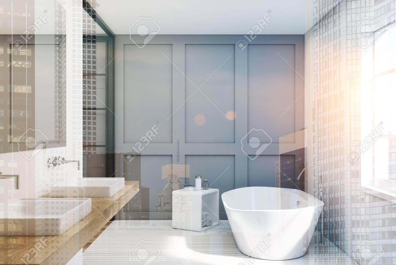Intérieur de salle de bain blanc et gris avec parquet blanc, fenêtre,  double vasque et baignoire blanche. Rendu 3d maquette image tonique double  ...