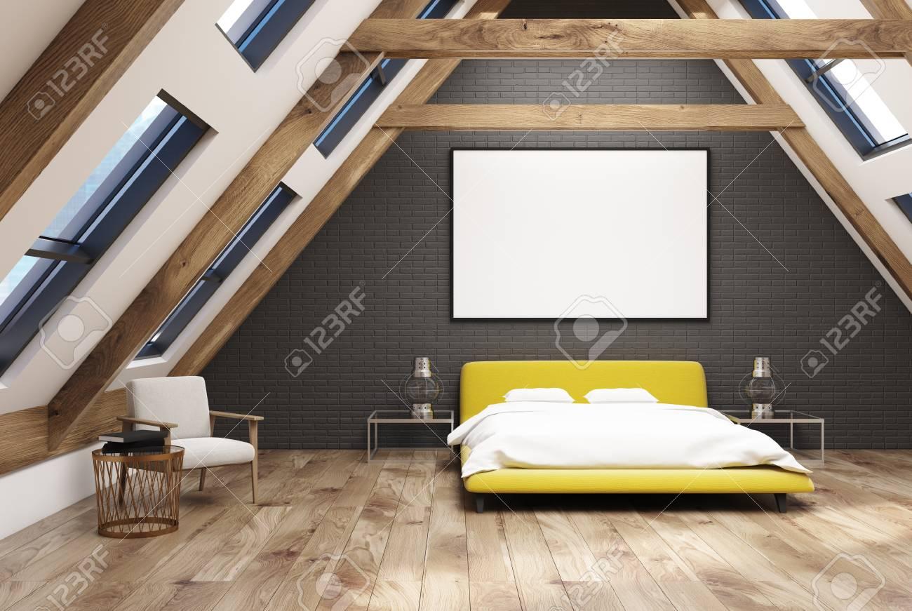 Chambre Grenier Gris Intérieur Avec Un Plancher En Bois, Des Fenêtres Dans  Le Toit, Un Lit Double Jaune Avec Une Literie Blanche Et Des Tables De  Chevet ...