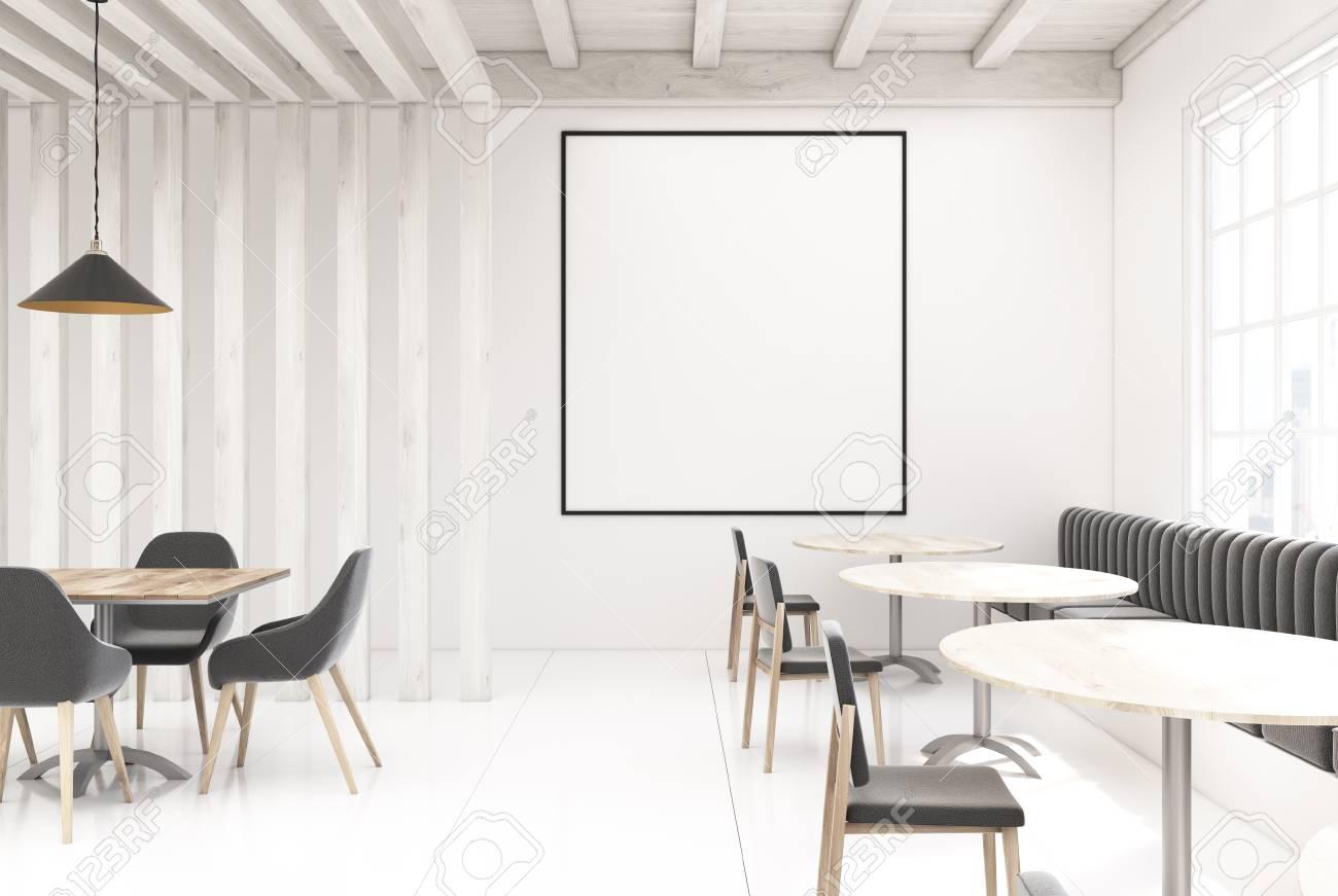 Sol En Beton Interieur intérieur de restaurant blanc en bois avec un sol en béton, une fenêtre,  des tables rondes et rectangulaires et des canapés gris et des chaises. une