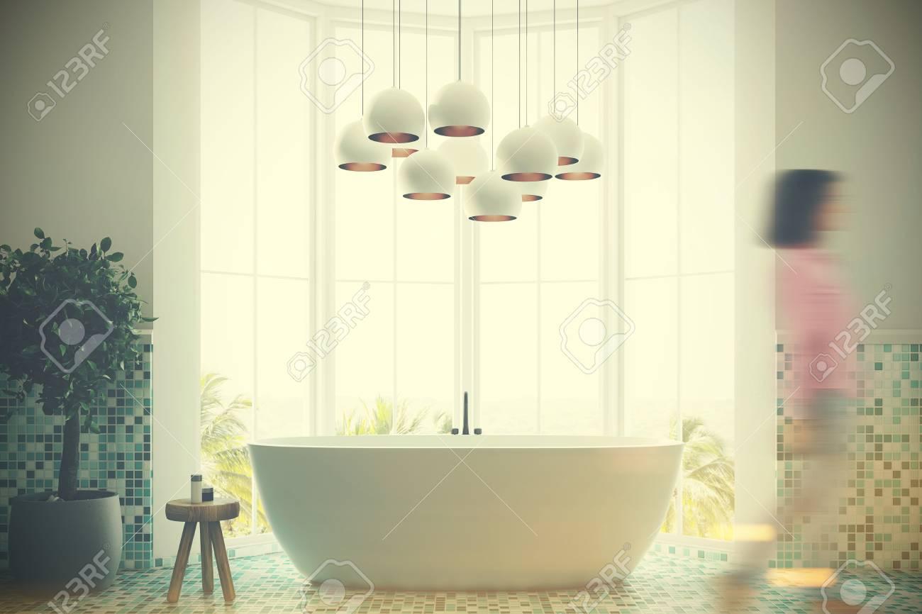 Immagini stock interno bagno piastrelle bianche e verdi con una