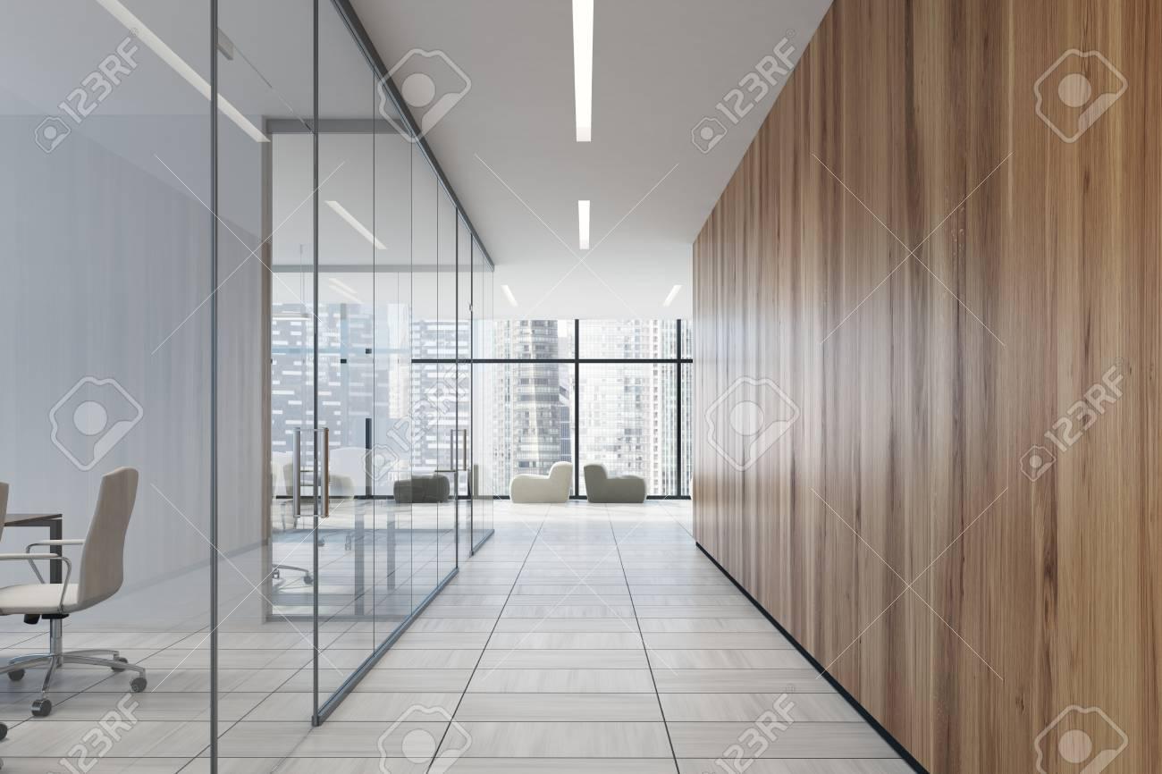 Couloir de bureau haut de gamme avec des murs en verre et en bois