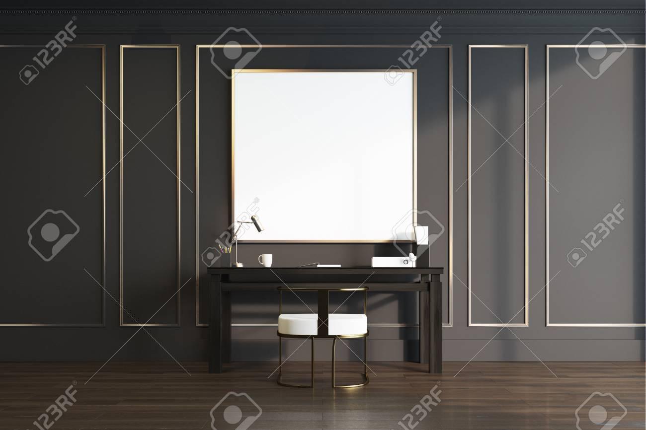 Intérieur noir et or de bureau à la maison avec une table en bois