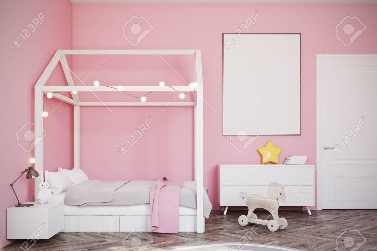 Guardería Con Paredes De Color Rosa, Un Piso De Madera, Una Cama ...