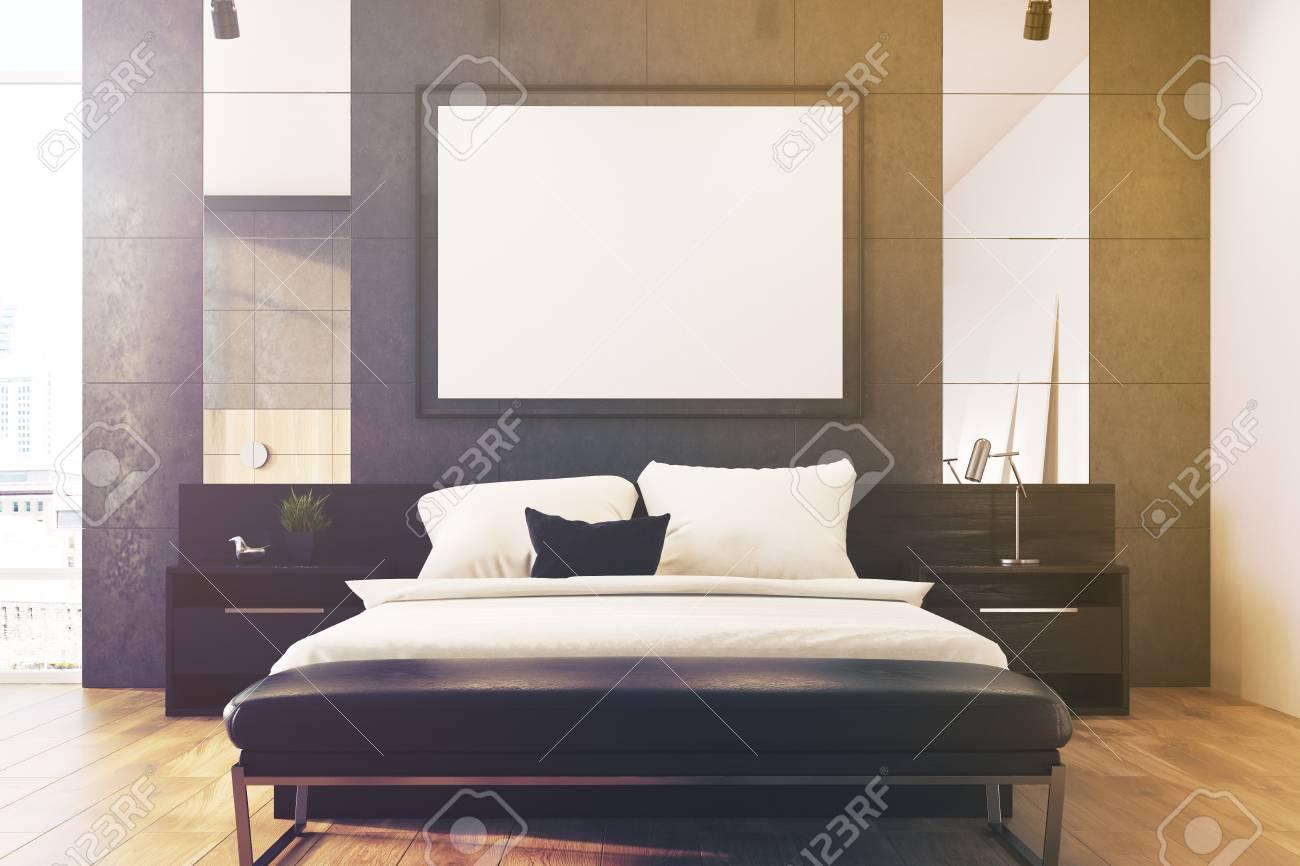 Interno grigio camera da letto soppalco con un letto matrimoniale, diversi  comodini e un poster con cornice orizzontale sul muro. Derisione della ...