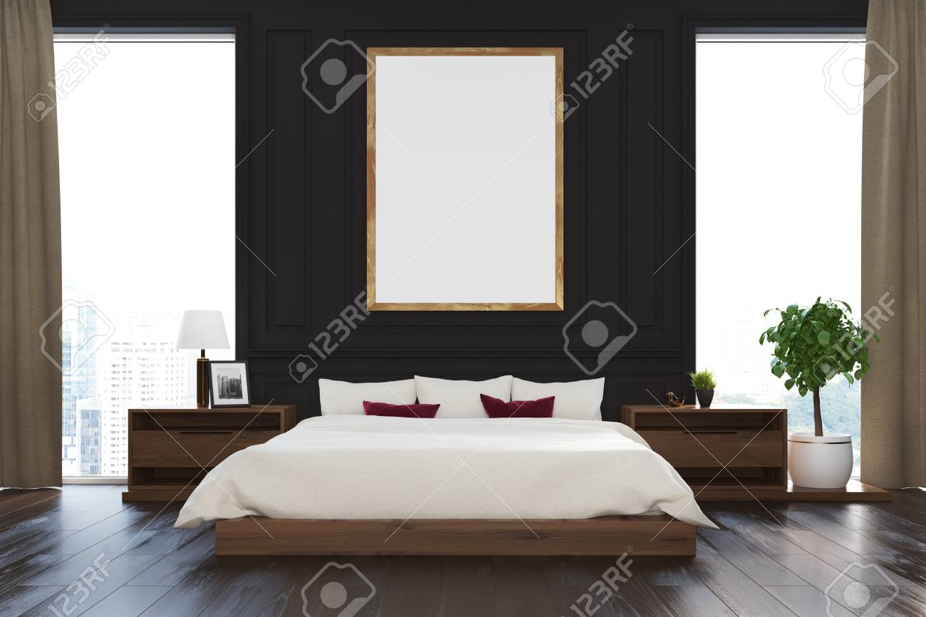 Intérieur de chambre à coucher noir avec un lit double, plusieurs tables de  chevet, une affiche verticale encadrée et de grandes fenêtres avec des ...