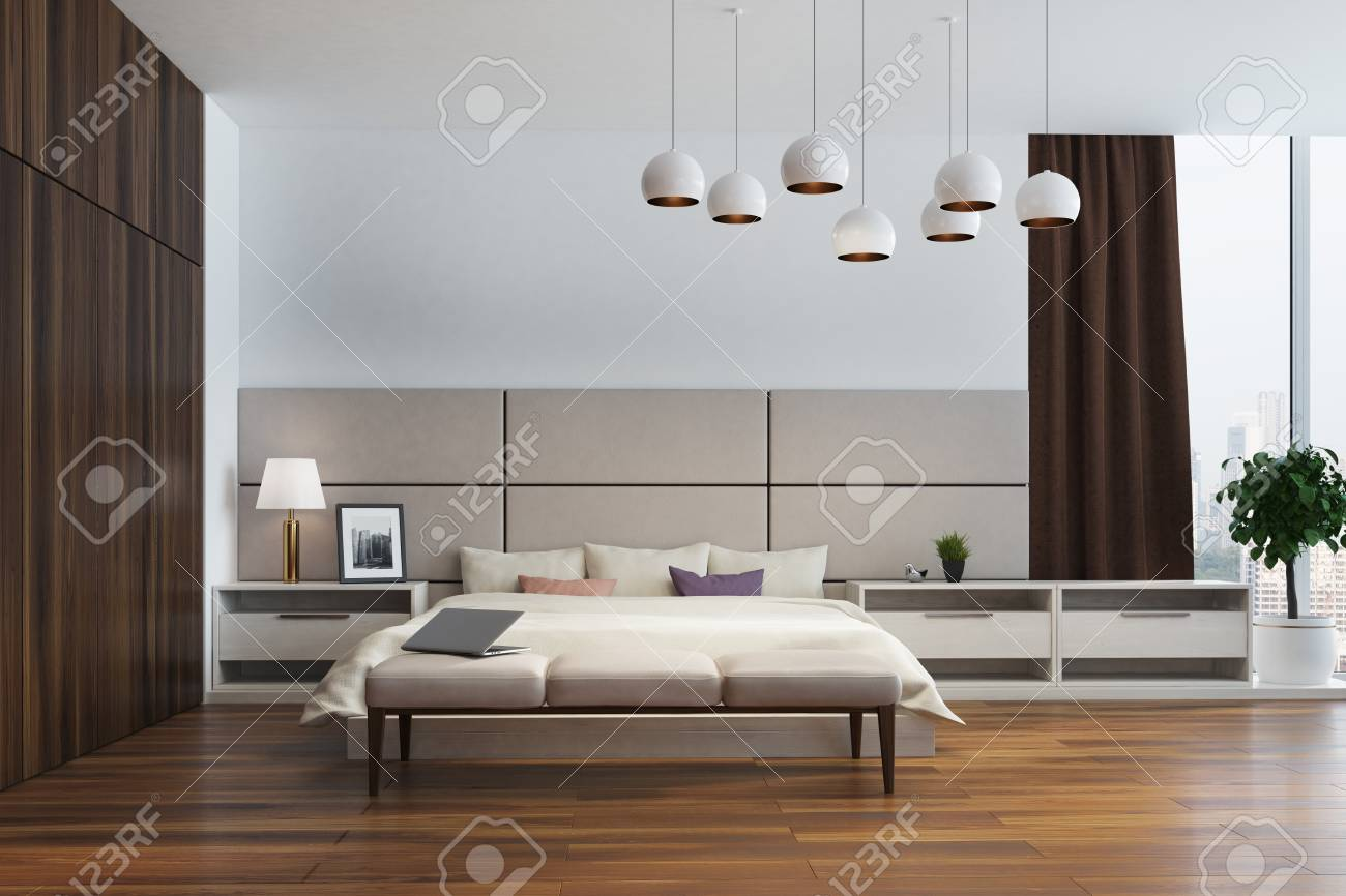 Standard Bild   Weiß Und Beige Schlafzimmer Interieur Mit Einem Doppelbett,  Mehrere Nachttische, Einen Kleiderschrank Aus Holz Und Große Fenster Mit  Braunen ...
