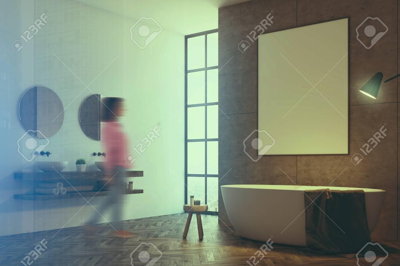 konkreter badezimmerinnenraum mit einem dachbodenfenster und einer